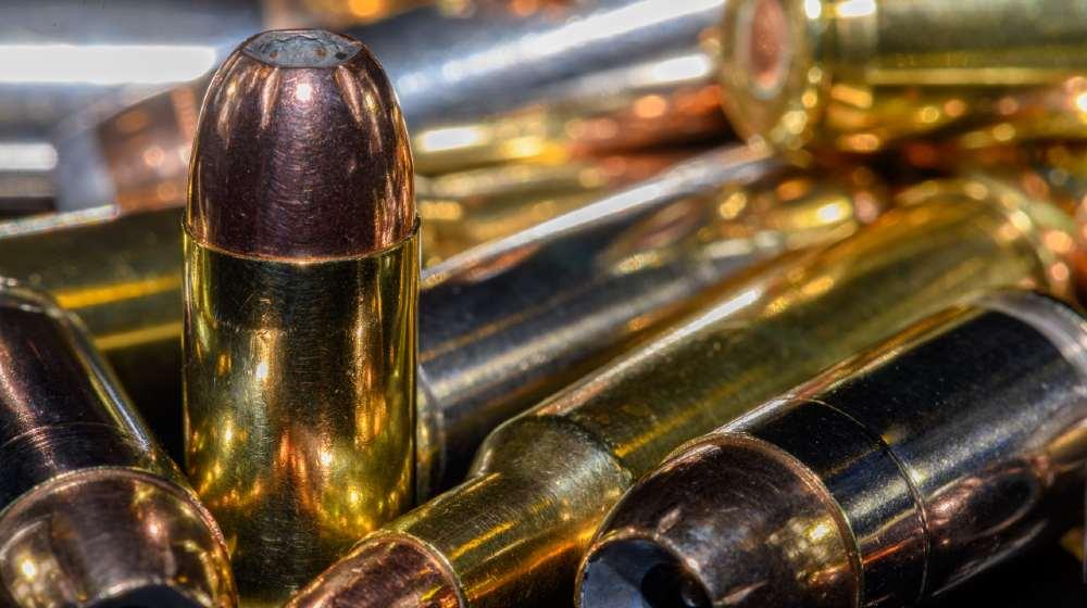 40 caliber semi automatic handgun ammunition on black background 9mm vs .40 SW vs .45 ss featured